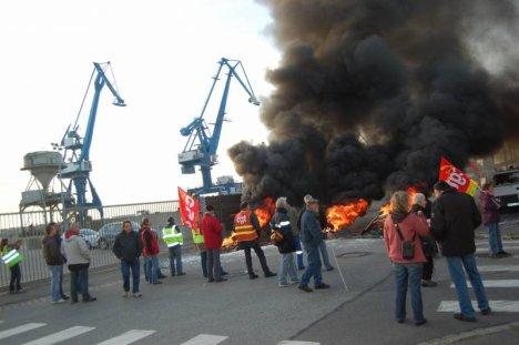 Echauffourées autour de la zone portuaire bloquée