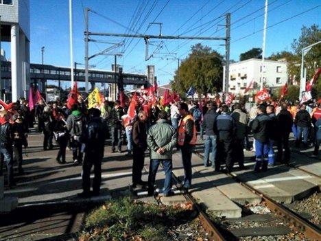 Lorient: environ 200 manifestants bloquent les voies ferrées