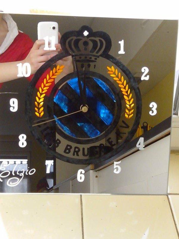 gravure & peinture sur miroir 30x30cm + horloge avec le logo de foot de Belgique