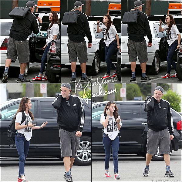 """- 21.07.2012 : Kristen Jaymes Stewart a été aperçu quittant le """"Gold's Gym"""" avec un de ses amis ! -"""