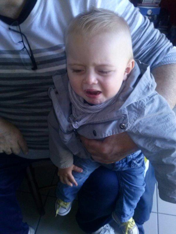 Tite crevette yetai pa conten detre dans les bras de son papy i veut marcher.mdr