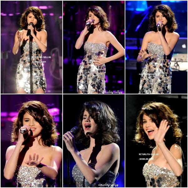 . 23 octobre : Selena était à une soirée organisé par Justin Timberlake dans le quelle elle s'est rendu dans deux tenues différentes . Top ou Flop ?   .