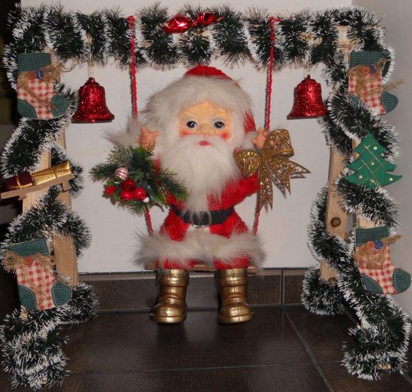Père Noël sur balançoire