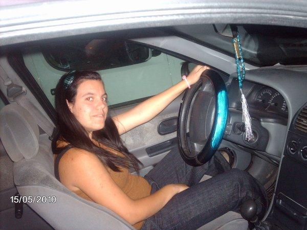 en el coche conduciendo