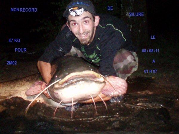 un ami de peche avec son record silure de 47kg pour 2 mettre 02