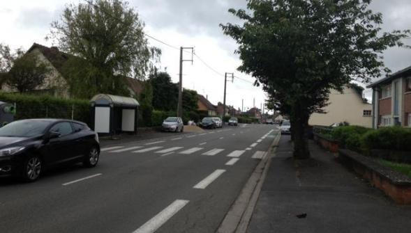 Il y a un peu plus d'une semaine, un homme âgé d'une cinquantaine d'années était renversé à Caudry. L'automobile qui l'a heurté est toujours introuvable mais les gendarmes ont enfin pu identifier le type de véhicule. L'accident s'est produit à hauteur de l'arrêt de bus Rabelais. Il semble que la victime vivait à proximité du passage pour piétons et sortait de chez elle lorsque le choc s'est produit. Le conducteur a pris la fuite en direction du quartier Ronsard.      Imprimer     - A +  CAUDRY. L'épilogue est encore loin mais les enquêteurs entrevoient maintenant le début d'une piste : ils ont la quasi-certitude aujourd'hui que la voiture ayant heurté un piéton lundi 20 juin, rue de la République à Caudry, était une Citroën rouge-orange, de type C 2. Le rétroviseur retrouvé sur les lieux de l'accident a permis d'identifier le modèle du véhicule impliqué. De même, les militaires de Caudry, qui avaient lancé un appel à témoin ce lundi, en précisant qu'ils étaient à la recherche d'une citadine de couleur rouge-orange, endommagée sur le côté droit, et sans rétroviseur droit, ont revu leur copie. Finalement, le choc aurait eu lieu sur le côté gauche de la voiture. Et le rétroviseur manquant ne serait pas du côté droit, mais du côté gauche. Forcément, voilà qui modifie le champ des recherches, et ouvre de nouveaux possibles à l'appel à témoins, qui sera autrement plus productif. Pour les enquêteurs, ces nouveaux éléments indiquent aussi la position du piéton lors de l'impact. Jusqu'ici, il était acquis que la victime se trouvait sur un passage protégé lorsqu'elle a été percutée. Le côté gauche de l'automobile étant abîmée, révélerait que la personne renversée était déjà bien engagée sur la chaussée, donc largement prioritaire. Les éléments recueillis jusqu'ici ont d'ailleurs établi que le piéton quinquagénaire venait de sortir de la résidence où il vivait, juste en face de l'arrêt de bus où le drame s'est produit. Ce dernier a donc eu lieu le 20 juin, entre 14 h 30 et 14 