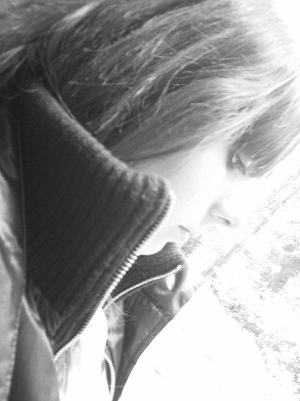 Je suis comme toute les autres à mon age ...Je voit trop de princes qui sont de passage,Et qui m'aiment sans poser de questions,Qui promètent et qui oublient mon nom ... (u)