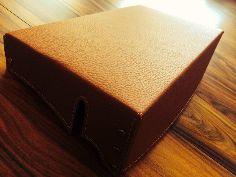 Le couvre-batterie de l'intérieur du coffre.