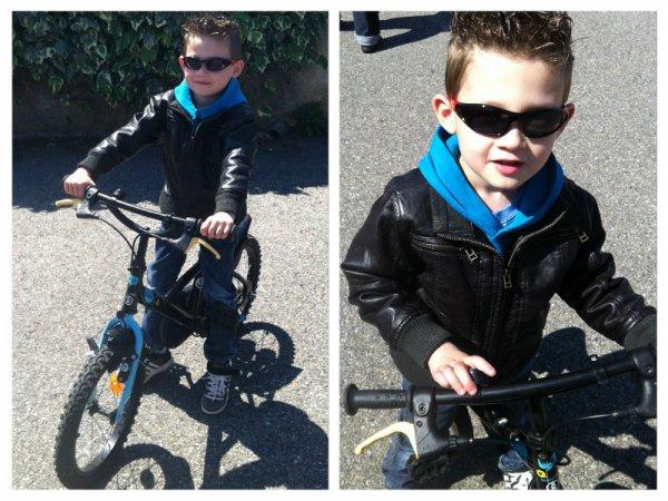 Mon petit beau gosse  à moi, avec son vélo