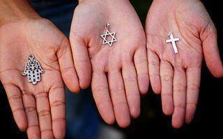 Musulman , Juif , Chrétien : Nous sommes tous des Humains ♥ .