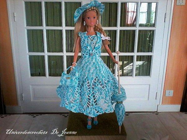 dans une petite robe toute simple