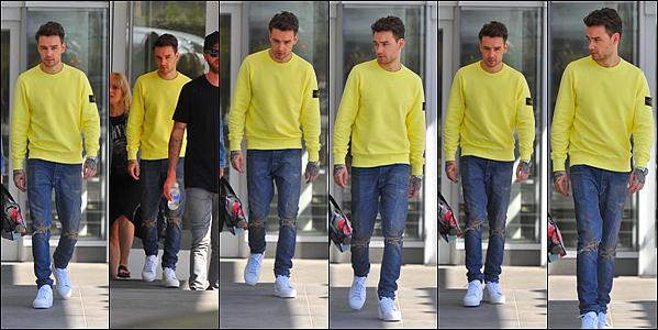-   26/06/2017   ▬ Liam Payne a été photographié alors qu'il se baladait dans les rues de Washington. Plus -Liam se fait peu discret en ce moment, et il pose aussi avec beaucoup de fans qui le suivent. Tu aimes? Top ou flop?    -