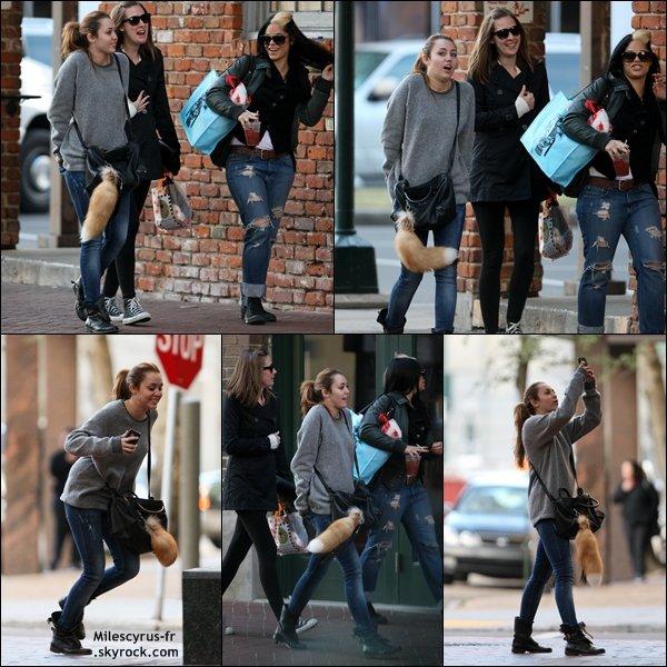 .  Ce vendredi 14 janvier, Miley, sa maquilleuse et une amie se promenant à la Nouvelle-Orléans.  Le trailer de « LOL » sera révélé le 23 février 2011 et le film sortira dans les salles le 22 avril 2011.   .