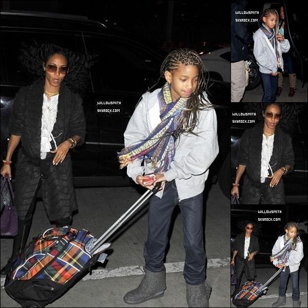 """. 26/02 : Willow Smith vue avec toute sa famille allant à l'aéroport de LAX à (L.A.).   Top ou Flop ? + Découvrez un nouveau extrait du Teaser du prochain clip de Willow Smith """"21st Century Girl"""" Ton avis ?!.   ."""