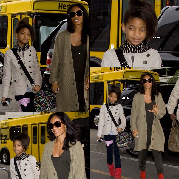 . 08 Novembre 2010 :   Willow Smith et sa mère Jada Pinkett arrivant à l'aéroport de Los Angeles. .