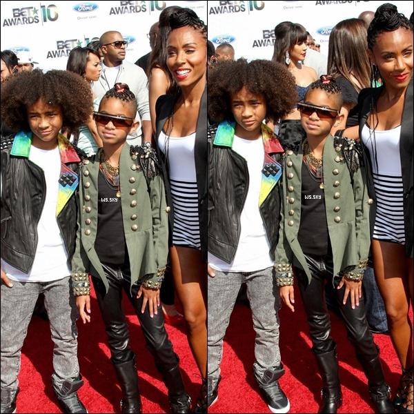 . 27 Juin 2010 :   Willow Smith avec sa mère et son frère, au BET Awards dans Los Angeles. .