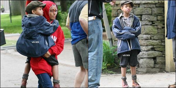 . 19 Juin 2007 :   Willow Smith dans les bras de sa mère, ce rendait sur un tournage  à Toronto. .
