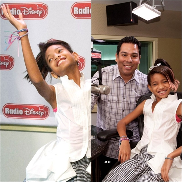 ". 10 Novembre 2010 :   Willow Smith souriante, s'amusant dans les studios de la ""Radio Disney"". ."
