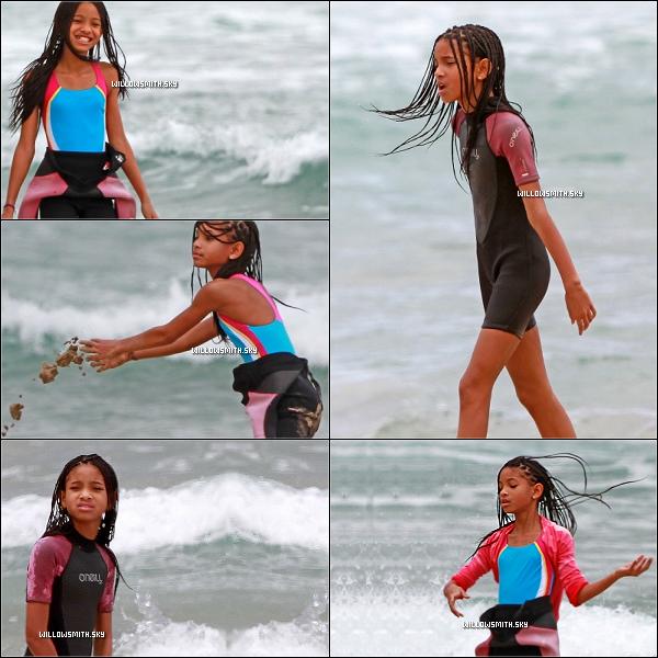 . 17 Avril 2011 :   Pendant les vacances, Willow Smith à été vue se relaxant dans une plage à Hawaii. .
