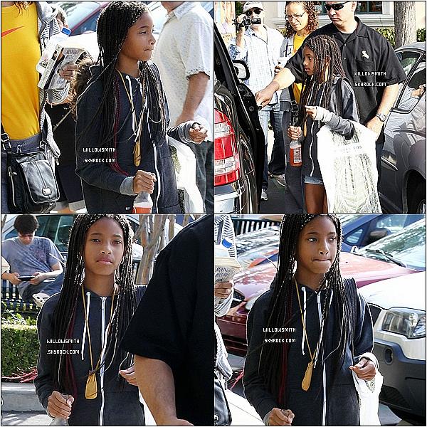 . 12/06/11 :   Willow Smith à été aperçue sortant d'une librairie avec un sac plein de livre à Calabasas en Californie. .