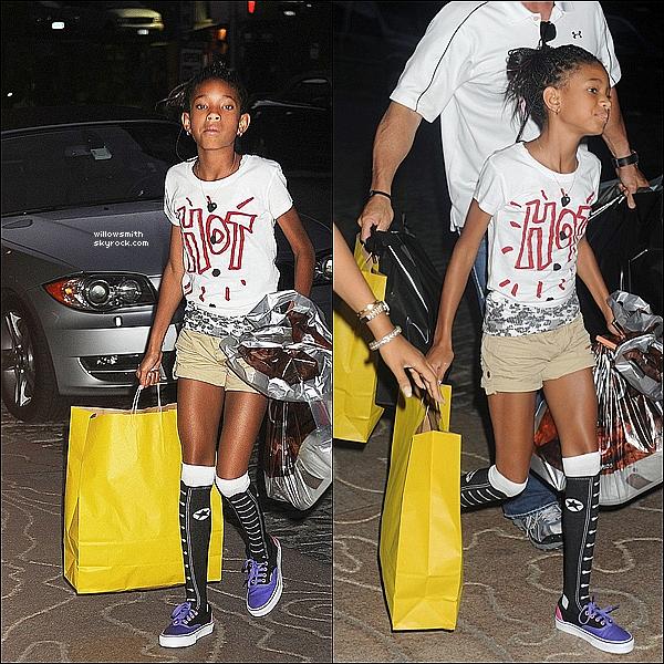 . 30/06/11   Willow Smith à été aperçue faisant une séance shopping dans les rues de New York.  .