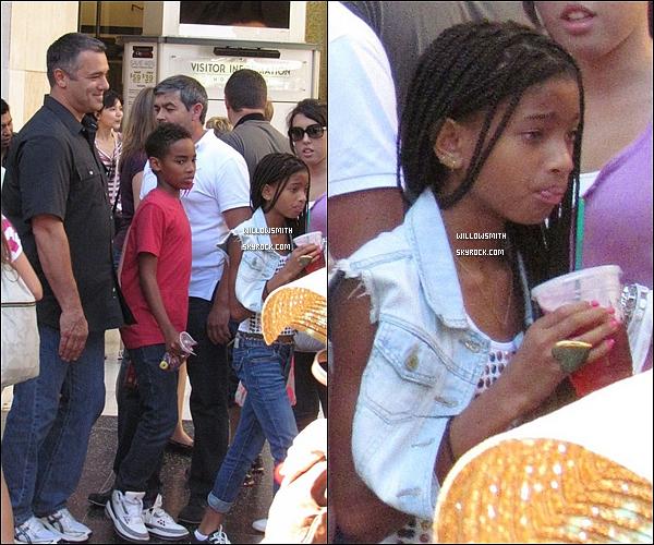 . 21/08/11   Willow Smith sortant avec une boisson toute fraiche en main dans les rues de Hollywood.  .