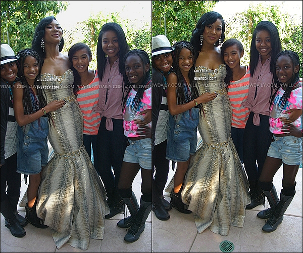. ?/05/11   Willow  faisant un photoshoot accompagné de sa cousine  Jade Pinkett à la promotion de 2011.  .