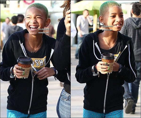 . 10/03 : Enfin des nouvelles, Willow à été aperçue avec des amies sortant du magasin Corner Bakery à Calabasas.    Willow  a fais une nouvelle coloration celle ci s'est teinte les cheveux en vert j'aime beaucoup sa lui va très bien et toi ton avis !?   .