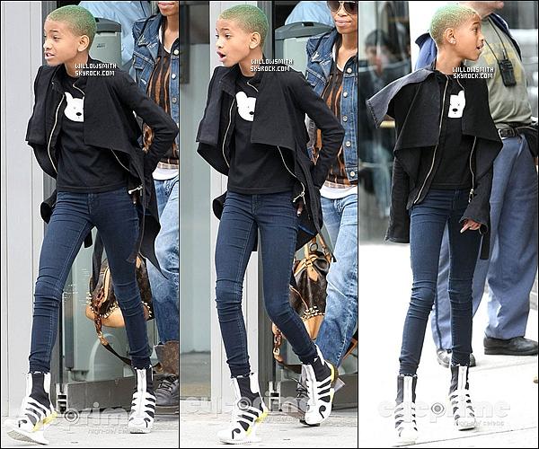 . 15/03 : Willow Smith à été aperçue se promenant avant d'aller faire du shopping dans les rues de  New York City.    Willow  a fais sa deuxième sortie durant ce mois de mars elle était superbe même si les talons n'était pas obliger et toi ton avis?   .