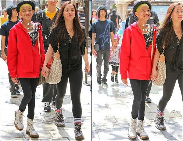 . 24/03 : Willow à été aperçue avec Stella Hudgens se dirigeant dans le centre commercial The Grove à Los Angeles.  Willow a une nouvelle fois attiré l'attention des Pap'z en s'affichant avec une nouvelle coloration Jaune main à main avec sa BFF.   .