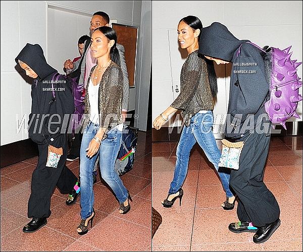 . 08/05 :  Willow, cacher sous sa capuche, à été vue arrivant avec sa mère et son père à l'aéroport de Tokyo au Japon.   Côté tenue : J'aime son sac a dos sa tenue est assez décontracté (un ensemble training)  ses chaussures Chanel sont sublimes. top !      .