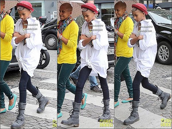 . 10/05 : Willow avec sa grand mère, à été vue  allant faire du shopping chez Cartier dans les célèbre rues de Paris.    Côté tenue : Pour l'occasion elle a choisi un chapeau melon rouge à clous, un T-shirt troué et d'épaisses rangers. Top ou Flop?     .