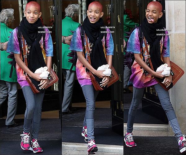 """. 12/05 : Willow  avec sa nouvelle coloration """"rouge""""à été aperçue toute souriante, a la sortie de son hôtel Parisien.      12/05 : Plus tard, Willow Smith à été revue allant faire du shopping avec sa grand mère et sa maman dans Paris.      ."""
