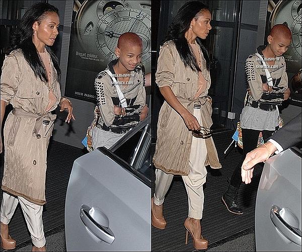 . 15/05 : Willow Smith à été photographié avec sa maman Jada Pinkett Smith lorsqu'elles quittait l'aéroport de Nice.    Information : Willow quittait l'aéroport de Nice pour ce rendre a un festival de Cannes d'après mes sources elle est donc a Cannes.      .