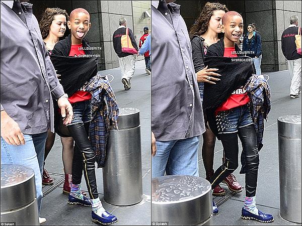 . 22/05 : Willow Smith à été aperçue en effet dans les rues de New-York avec une amie à elle. Elle est de retour !   Willow était bel et bien de retour à New-York et comme a son habitude elle était sublime. J'aime beaucoup sa tenue et toi?     .
