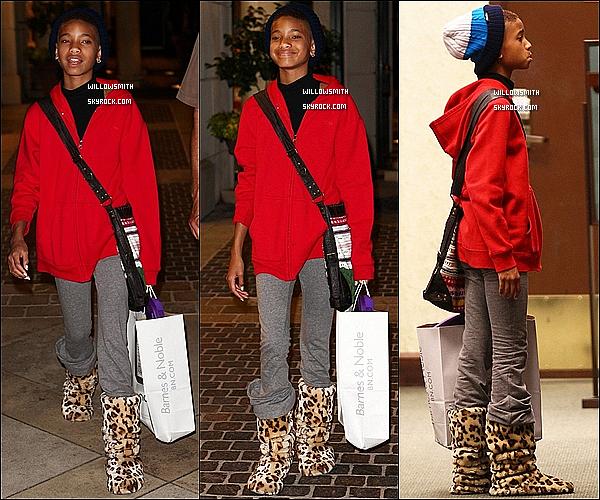 . 12/06 :  Souriante, Willow Smith à été aperçue quittant Barnes & Noble dans les rues de Calabasas en Californie.     Côté tenue :   Willow était toute naturelle et souriante avec une tenue assez décontracté elle était tellement belle. Top ou Flop?       .