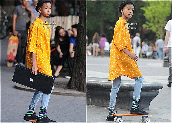 . 12/06 :  Souriante, Willow Smith à été aperçue quittant Barnes & Noble dans les rues de Calabasas en Californie.     Côté tenue :   Willow était toute naturelle et souriante avec une tenue assez décontracté elle était tellement belle. Top ou Flop?       .