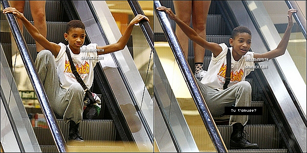 . 27/06 : Willow  à été aperçue avec une amie a elle quittant Barnes & Noble dans les rues de Calabasas en Californie.     Willow s'amusant comme une folle à été re-aperçue un peu plus tard entrain d'escalader un escalator je-ne-sais-où. Ton avis?     .