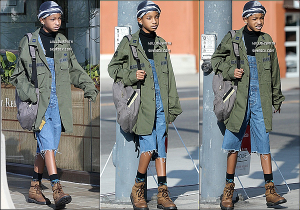 . 21/10 :  Willow à été aperçue dans les rues de Studio City elle est allée faire un peu de shopping en Californie.  Côté look : Willow visiblement old school avec salopette et Timberland et une veste avec écris I Hate Everyone. Top ou Flop?   .
