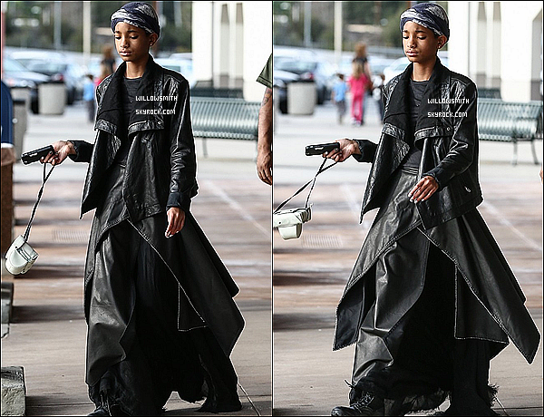 . 22/01 :  C'est une Willow vêtue de cuir qui a été vue quittant un magasin d'appareil photo à Woodland Hills, Calif.  1ERE candids de Willow de l'année 2013.. qui aurai cru? elle porter une tenue noir avec des couches de cuir sur une robe noire.    .