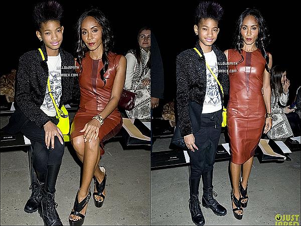 . 12/02 :  Willow et sa mère à la Fashion Week assistent au défilé automne-hiver 2013 de Narciso Rodriguez, à N-Y.  Elle a misé sur une tenue grunge et mixe les tendances. Besace fluo et rangers s'unissent au sportswear chic et T-shirt imprimé.   .