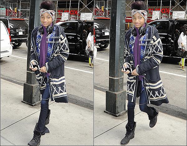 . 26/02 : Willow à été aperçue avec sa mère Jada & son frère Jaden quittant le Trump Soho Hotel dans New York City.  La miss était sublime comme a son habitude et très souriante elle porté un manteau en laine un jeans et de belles bottes. Top !   .