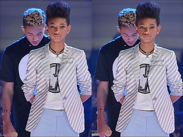. 27/02 : Toujours à New York avec son frère et sa mère, Willow était au BET's Rip The Runway Show à New York City.  Willow était sublime avec un make-up léger et une tenue blanche et bleue ciel. + Désolé pour la qualité des photos il y a que ça.   .