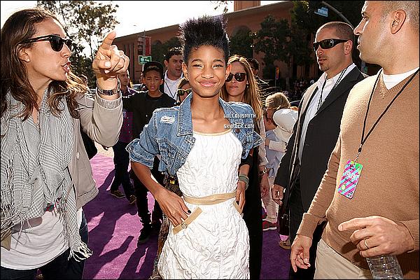 . 23/03 : Voici les photos de Willow qui est présente en ce moment à la cérémonie des KCA 2013 à Los Angeles... ! Willow est magnifique , juste trop mignonne elle porte une veste en jeans , une robe blanche et les bottes Chanel, juste sublime.    .