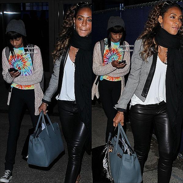 . 07/06 : Willow à été photographiée avec sa mère Jada arrivant à l'aéroport « LAX » de Los Angeles en Californie.  + Willow a pris un vol direction pour Londres. J'aime beaucoup ces cheveux alors, plutôt un top, bof, ou un flop pour la miss?      .