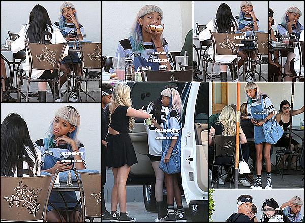 . Le 17 juin dernier, Willow à été vu déjeunant au Urth Caffe avec Jaden & sa petite-amie Kylie à West Hollywood. Willow était toute sublime lors de ce dîner et une nouvelle fois pour notre plus grand plaisir des yeux elle a souri aux papz.  (l)     .