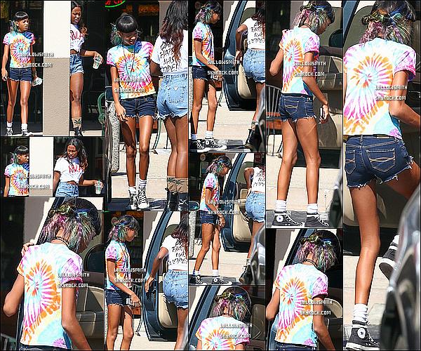 . 14/08 : Willow à été vu quittant le restaurant Subway ou elle a déjeuné avec Taylor, à Woodland Hills en Californie.  Willow était toute belle comme a son habitude dans un t-shirt très colorée et un mini short en jeans. Mon avis : Je lui met un top !      .