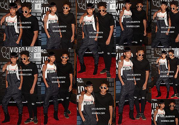. 25/08 : Cette nuit, La famille Smith étaient attendue lors des « VMA'S 2013 » au Barclays Center de New York City.  Willow portait un t shirt imprimé The Runaways avec une salopette noir en jeans avec ses longues extensions. J'aime beaucoup !    .