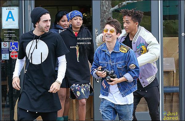 . 13/10 : Willow Smith  accompagné de Jaden et d'amis ont été vu au Sugarfish après y avoir déjeuné à Los Angeles.  Par après toujours accompagné d'amis ils ont été rejoindre Kylie et Kendall qui déjeunait au même endroit Moises y était aussi.   .