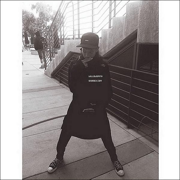 . 01/11 : Willow à été repérée par les pap'z entre amis allant déjeuner et faire quelques emplettes à West Hollywood.  Willow apprêtée d'un treillis kaki, d'un top blanc et d'une veste noire, je trouve que les talons lui vont bien. Willow était sublime !   .